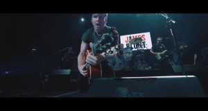 SOMEONE SINGING ALONG (LIVE)